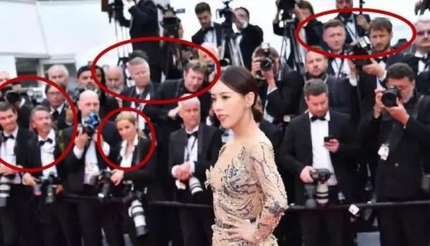 Bức ảnh dậy sóng toàn Weibo: Phóng viên quốc tế giơ tay xua đuổi mỹ nhân Diên Hi Công Lược tại thảm đỏ Cannes - Ảnh 3.