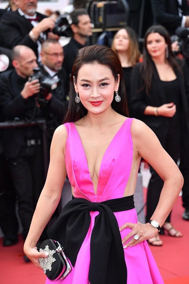 Choáng với hàng loạt gương mặt vô danh của Cbiz khoe ngực ngồn ngộn, ăn mặc lố lăng ngay ngày đầu Cannes - Ảnh 10.