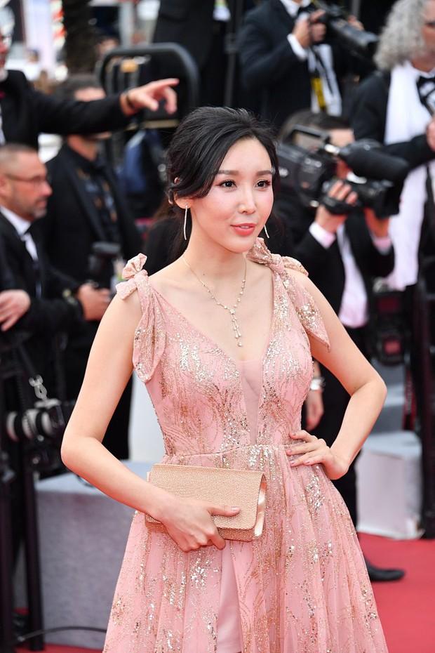 Choáng với hàng loạt gương mặt vô danh của Cbiz khoe ngực ngồn ngộn, ăn mặc lố lăng ngay ngày đầu Cannes - Ảnh 12.
