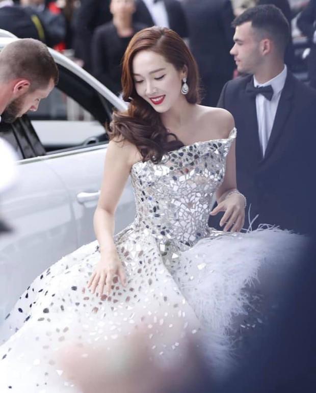 Màn xuất hiện gây mê, siêu sang chảnh không khác gì công chúa của Jessica Jung tại LHP Cannes - Ảnh 3.
