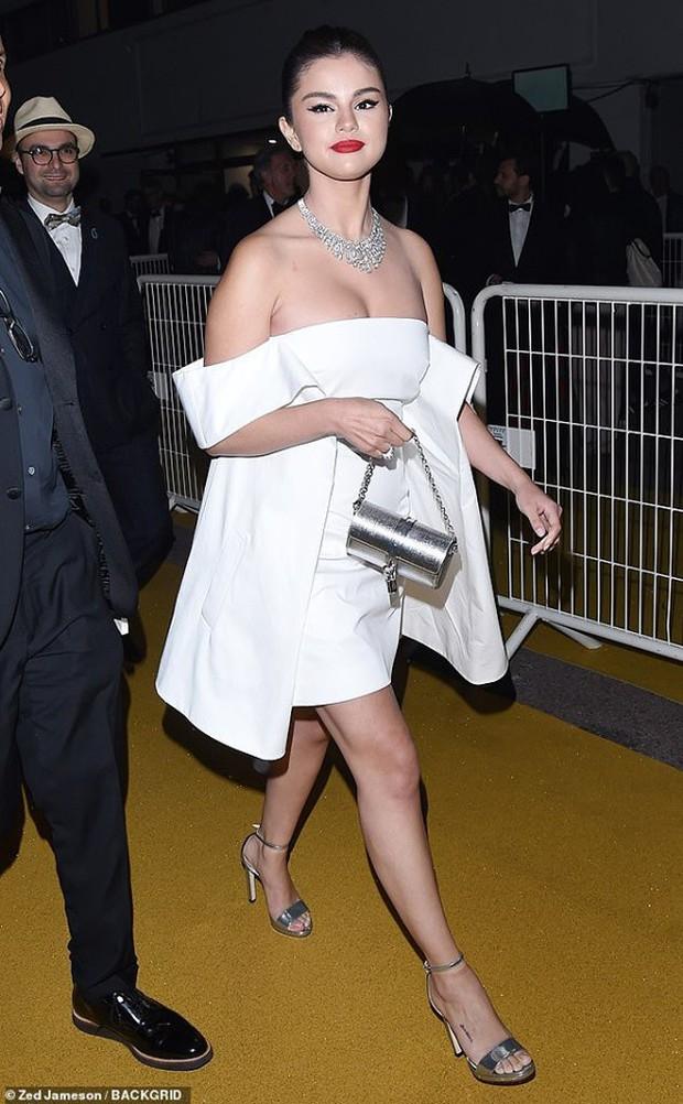 Lộng lẫy đi dự tiệc tối hậu Cannes, Selena Gomez khiến dân tình tá hỏa với gương mặt trắng phớ và chân thô - Ảnh 1.