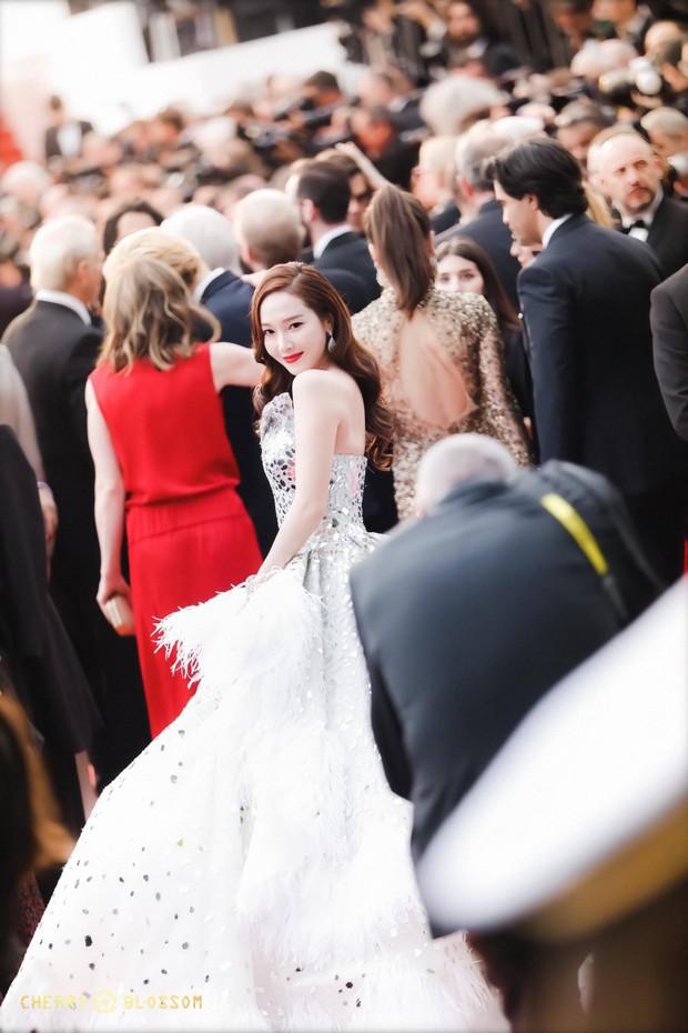 Đẹp đỉnh cao tại Cannes, nữ hoàng băng giá Jessica lại bị nhiếp ảnh gia quốc tế bóc mẽ nhan sắc quá chân thực - Ảnh 3.