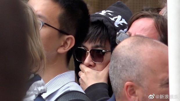 Cuồng vợ kiểu Châu Kiệt Luân: Tháp tùng bà xã bằng trực thăng riêng nhưng cải trang thành fan ngắm vợ tại Cannes - Ảnh 4.