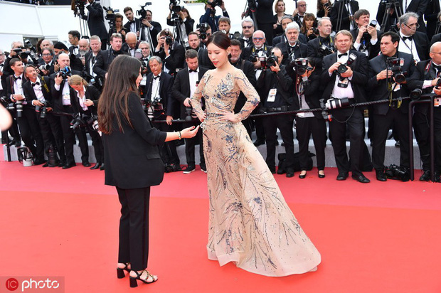 Bức ảnh dậy sóng toàn Weibo: Phóng viên quốc tế giơ tay xua đuổi mỹ nhân Diên Hi Công Lược tại thảm đỏ Cannes - Ảnh 1.