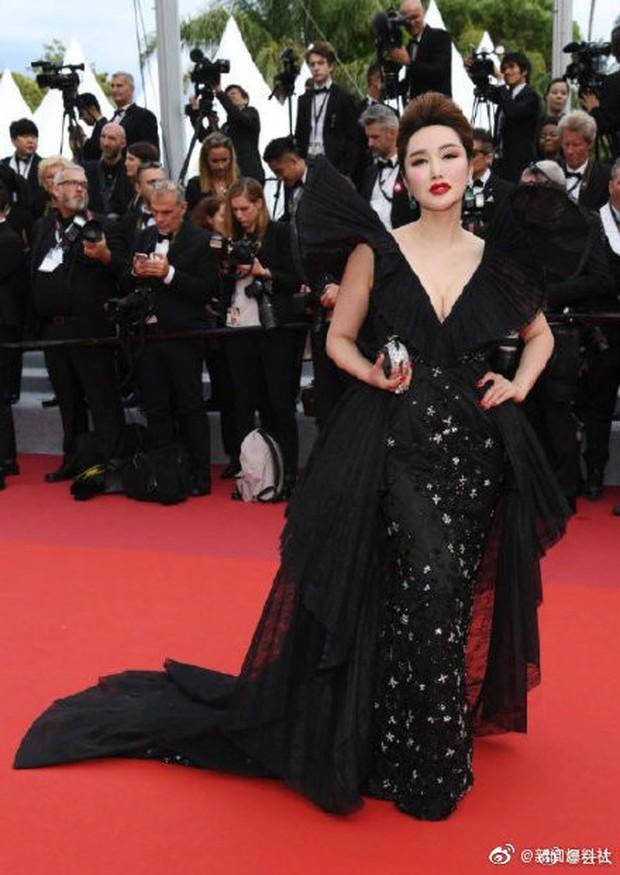 Choáng với hàng loạt gương mặt vô danh của Cbiz khoe ngực ngồn ngộn, ăn mặc lố lăng ngay ngày đầu Cannes - Ảnh 8.