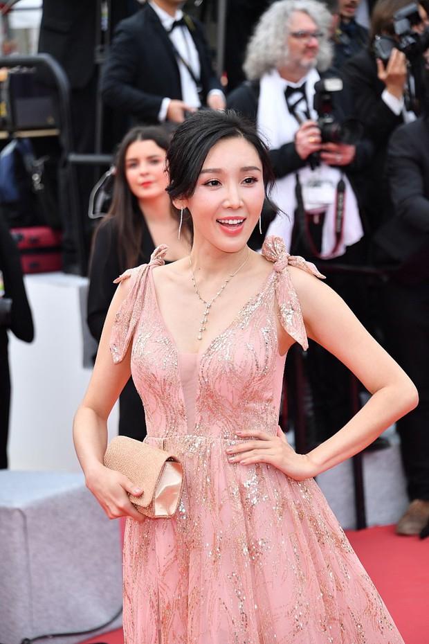 Choáng với hàng loạt gương mặt vô danh của Cbiz khoe ngực ngồn ngộn, ăn mặc lố lăng ngay ngày đầu Cannes - Ảnh 13.