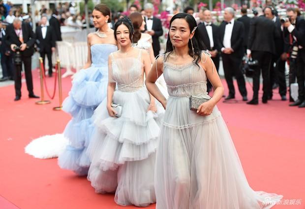 Choáng với hàng loạt gương mặt vô danh của Cbiz khoe ngực ngồn ngộn, ăn mặc lố lăng ngay ngày đầu Cannes - Ảnh 9.