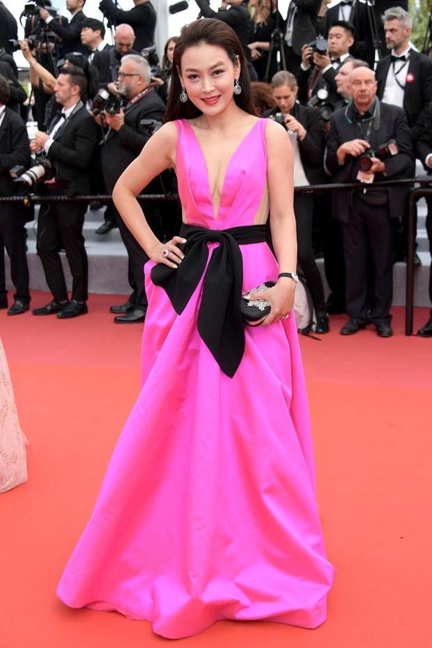 Sao nữ vô danh Cbiz diện đầm màu nổi đến Cannes nhưng sao lại hao hao váy cũ của Đỗ Mỹ Linh? - Ảnh 2.