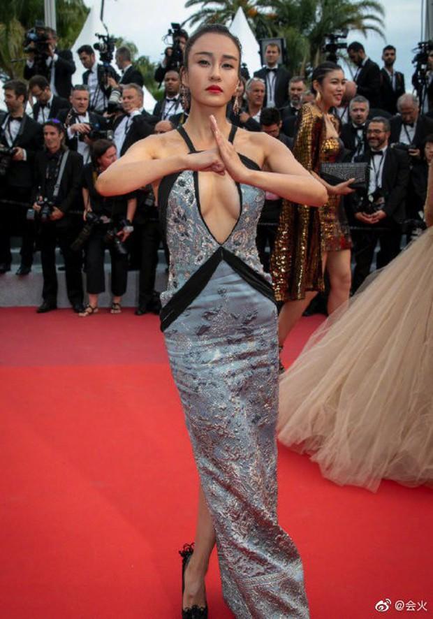 Choáng với hàng loạt gương mặt vô danh của Cbiz khoe ngực ngồn ngộn, ăn mặc lố lăng ngay ngày đầu Cannes - Ảnh 3.