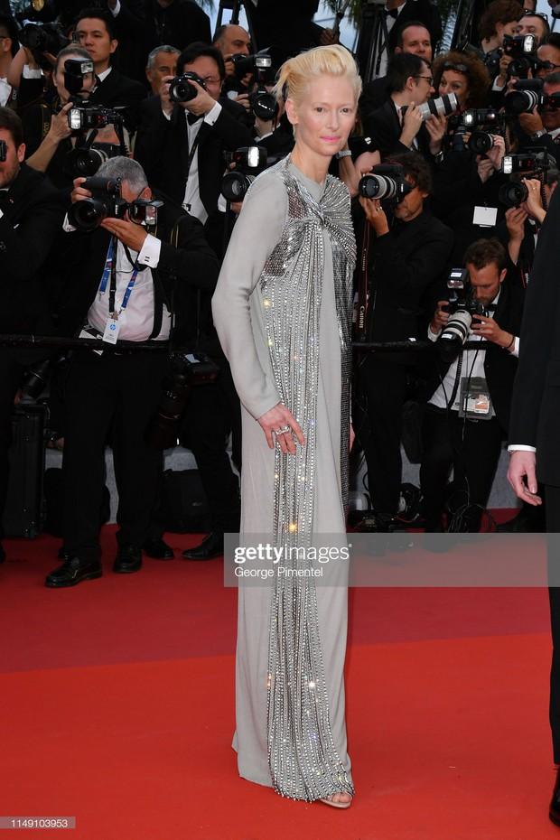 Thảm đỏ LHP Cannes 2019: Selena bức thở với vòng 1 khủng, Ella Fanning như bà hoàng bên dàn siêu mẫu Victorias Secret - Ảnh 31.