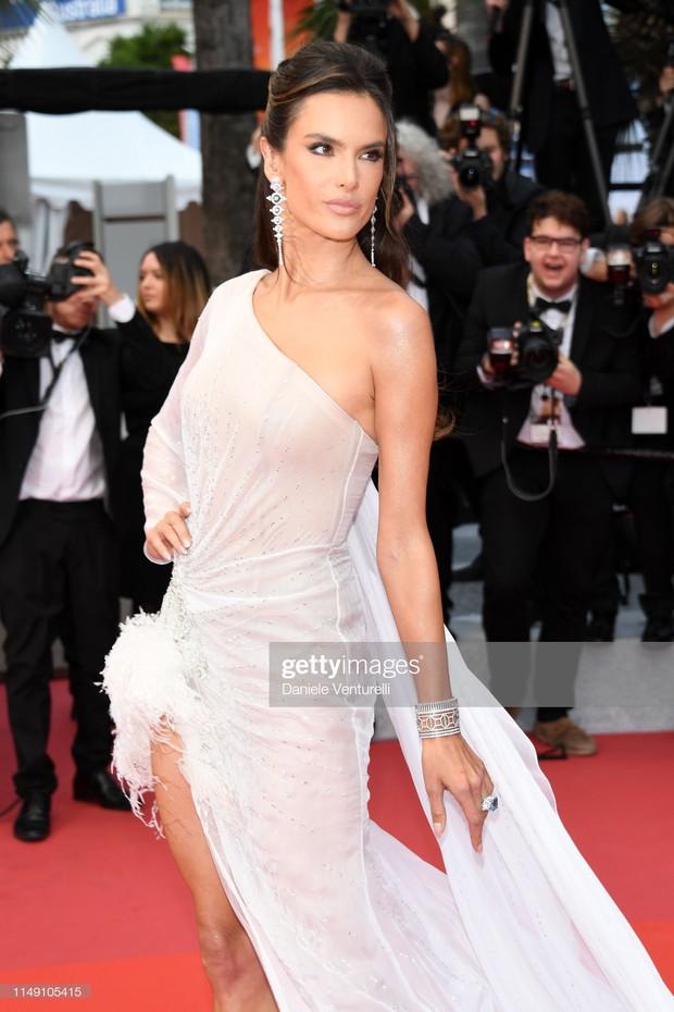 Thảm đỏ LHP Cannes 2019: Selena bức thở với vòng 1 khủng, Ella Fanning như bà hoàng bên dàn siêu mẫu Victorias Secret - Ảnh 17.