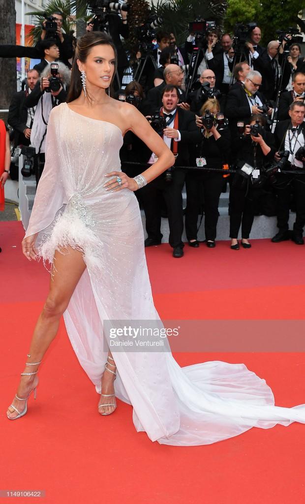 Thảm đỏ LHP Cannes 2019: Selena bức thở với vòng 1 khủng, Ella Fanning như bà hoàng bên dàn siêu mẫu Victorias Secret - Ảnh 18.