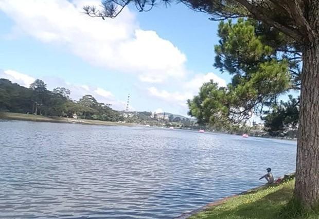Đà Lạt: Phát hiện thi thể cô gái trẻ trên hồ Xuân Hương - Ảnh 1.