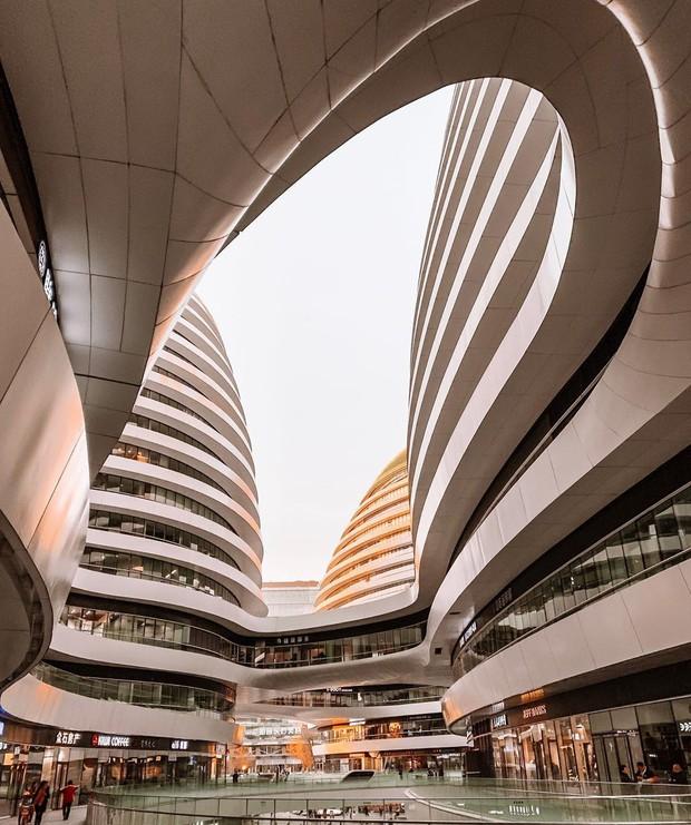 Choáng ngợp trước trung tâm thương mại hình xoắn ốc lên ảnh siêu ảo từng gây tranh cãi khắp Trung Quốc - Ảnh 5.