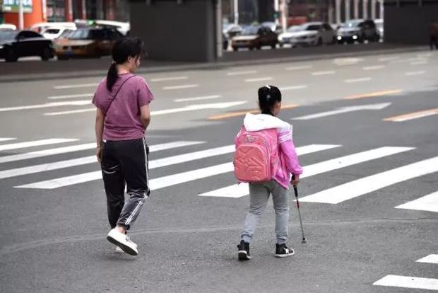 Bé gái khiếm thị tự tin đi bộ từ nhà đến trường, không hề hay biết về bạn đồng hành kiên nhẫn dõi theo em suốt 5 năm qua - Ảnh 1.