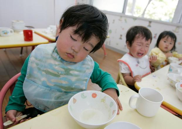 Lác mắt với bữa ăn trưa tiêu chuẩn tại trường của trẻ em trên thế giới, phụ huynh Việt trông thấy đều: Ước gì! - Ảnh 2.