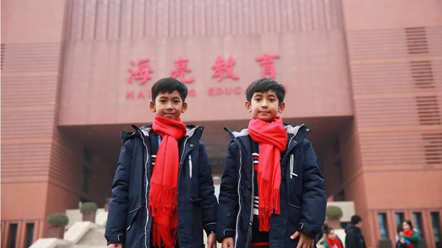 Cậu bé bán rong nói 10 ngoại ngữ ở Angkor Wat du học Trung Quốc - Ảnh 1.
