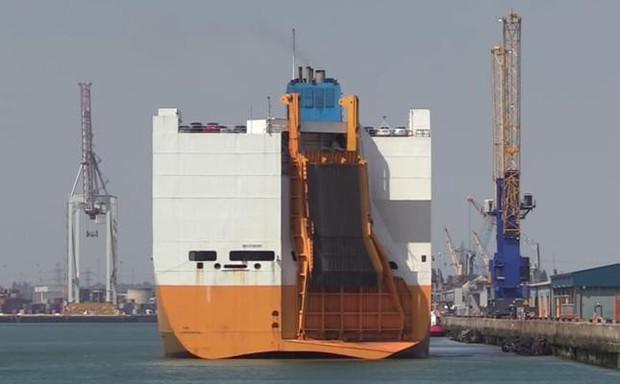 Tàu chở hơn 1.800 ô tô bỗng nhiên bốc cháy - Ảnh 1.