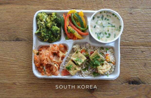 Lác mắt với bữa ăn trưa tiêu chuẩn tại trường của trẻ em trên thế giới, phụ huynh Việt trông thấy đều: Ước gì! - Ảnh 9.