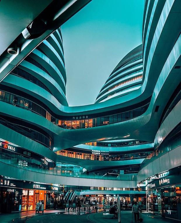 Choáng ngợp trước trung tâm thương mại hình xoắn ốc lên ảnh siêu ảo từng gây tranh cãi khắp Trung Quốc - Ảnh 2.