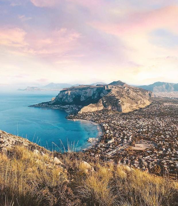 """Có gì tại hòn đảo được mệnh danh là """"thánh địa mafia"""" kì lạ hút hàng triệu du khách mỗi năm ở Ý? - Ảnh 1."""