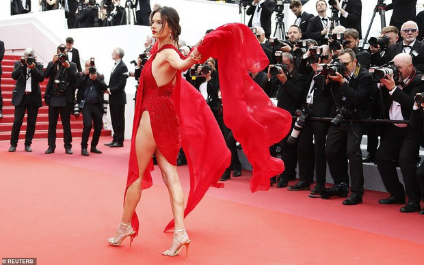 Thảm đỏ Cannes ngày 2: Thiên thần Victorias Secret suýt lộ hàng, Phạm Băng Băng Thái Lan xinh như tiên tử - Ảnh 5.