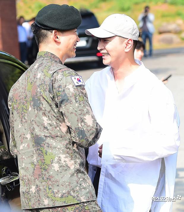 Nam thần quân ngũ Taecyeon (2PM) chính thức xuất ngũ, làn da mộc mịn màng đến mức khó tin của anh gây chú ý - Ảnh 6.
