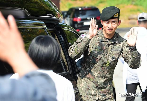 Nam thần quân ngũ Taecyeon (2PM) chính thức xuất ngũ, làn da mộc mịn màng đến mức khó tin của anh gây chú ý - Ảnh 1.