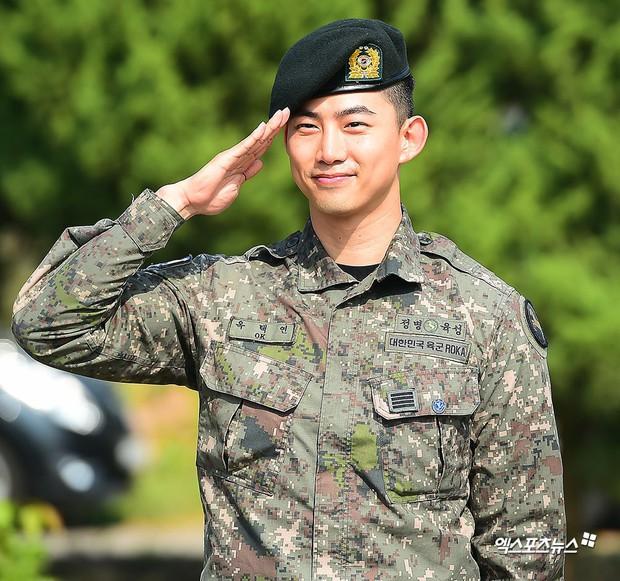 Nam thần quân ngũ Taecyeon (2PM) chính thức xuất ngũ, làn da mộc mịn màng đến mức khó tin của anh gây chú ý - Ảnh 4.