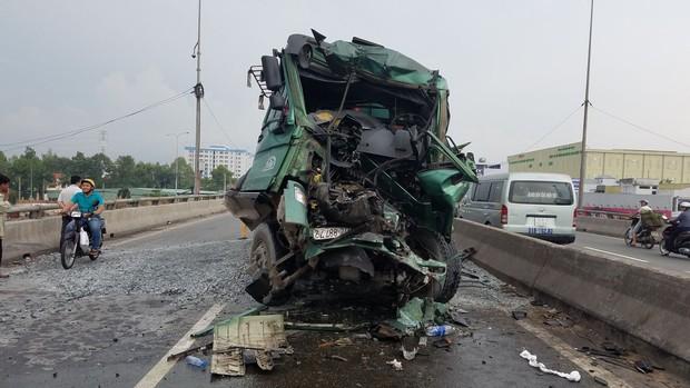 Gần 2 giờ đưa thi thể tài xế mắc kẹt trong cabin xe ben sau va chạm ở Sài Gòn - Ảnh 2.