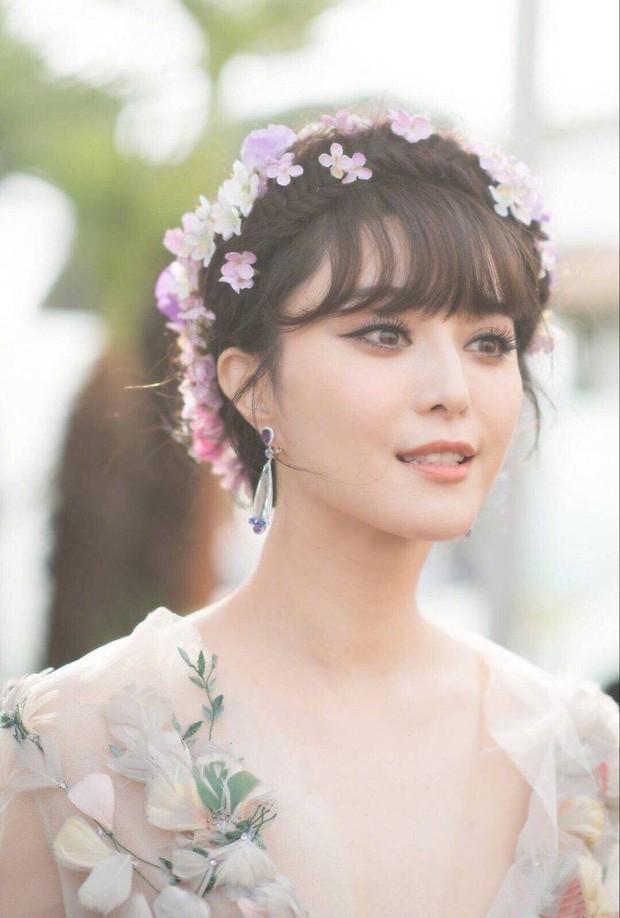 """Elle Fanning thành tiên nữ đẹp hơn hoa tại Cannes, nhưng netizen xứ Trung lại chỉ nhớ đến """"hoa tiên tử"""" Phạm Băng Băng ngày nào - Ảnh 7."""