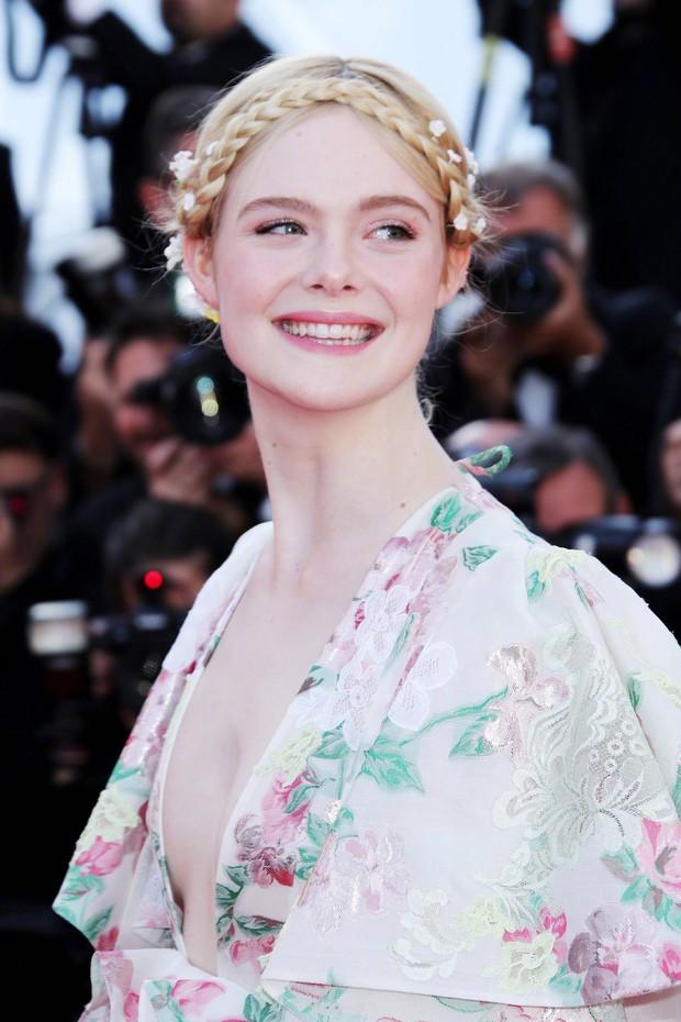 """Elle Fanning thành tiên nữ đẹp hơn hoa tại Cannes, nhưng netizen xứ Trung lại chỉ nhớ đến """"hoa tiên tử"""" Phạm Băng Băng ngày nào - Ảnh 5."""