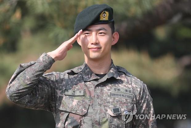 Nam thần quân ngũ Taecyeon (2PM) chính thức xuất ngũ, làn da mộc mịn màng đến mức khó tin của anh gây chú ý - Ảnh 2.