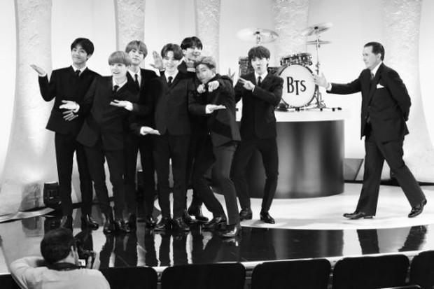 Hóa thân The Beatles trên talkshow nổi tiếng nước Mỹ, BTS còn là boygroup đầu tiên làm được điều này sau... 55 năm! - Ảnh 6.