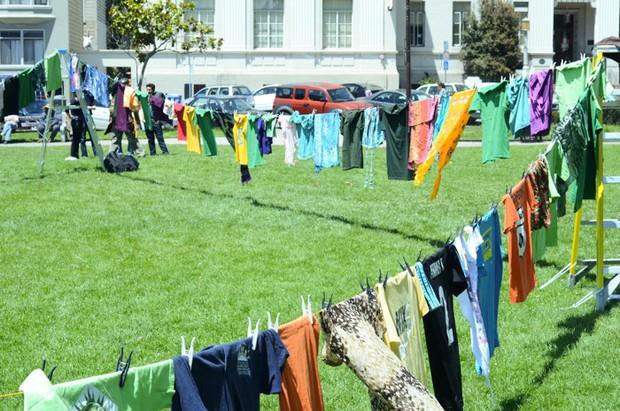 Góc các bà nội trợ thắc mắc: Vì sao quần áo dùng máy sấy làm khô thì mềm, nhưng phơi ngoài nắng lại cứng cong queo? - Ảnh 3.