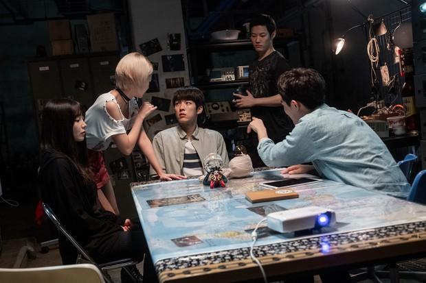 Liều lĩnh săn ma, Jung Eun Ji (Apink) gặp nạn trong phim mới 0.0MHz - Tần Số Chết - Ảnh 2.