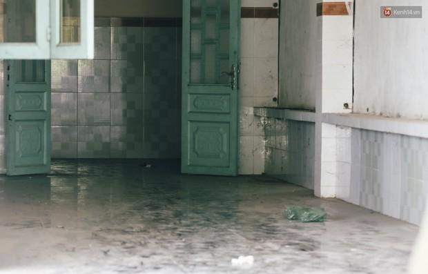 Mùi hôi nồng nặc bên trong căn nhà nơi phát hiện 2 khối bê tông chứa thi thể người ở Bình Dương - Ảnh 10.