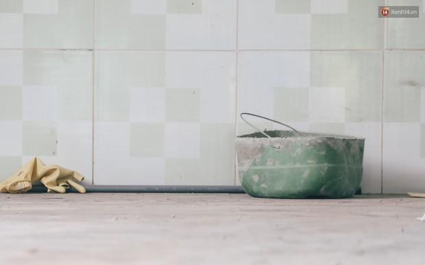 Mùi hôi nồng nặc bên trong căn nhà nơi phát hiện 2 khối bê tông chứa thi thể người ở Bình Dương - Ảnh 12.