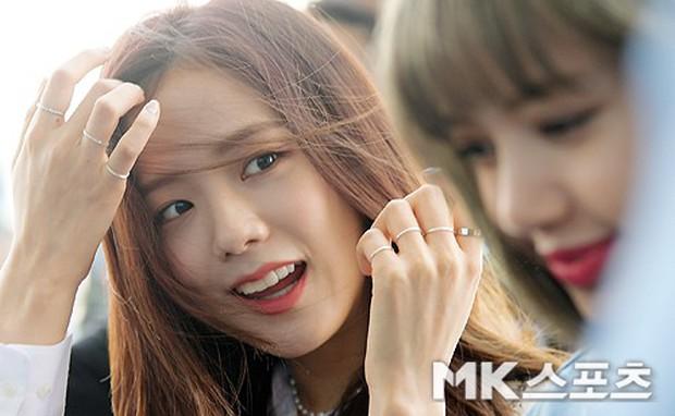 BLACKPINK gây náo loạn sân bay: Jennie và Lisa như đi catwalk, Jisoo lại chiếm trọn spotlight vì đẹp xuất thần - Ảnh 6.