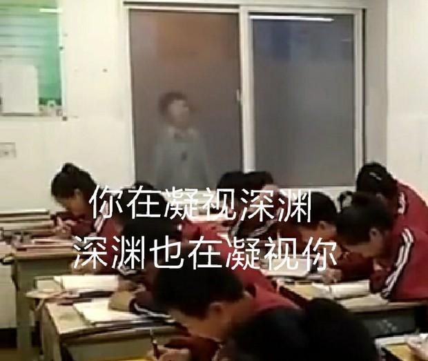 Lớp ồn ào mất trật tự, cô giáo chơi chiêu xuất hiện mờ ảo như phim kinh dị khiến học trò sợ rơi tim ra ngoài - Ảnh 3.