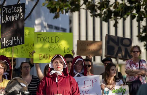 Dự luật cấm phá thai hà khắc nhất nước Mỹ được thông qua: Nạn nhân bị hãm hiếp không được ngoại lệ, bác sĩ bị phạt 99 năm tù nếu tiếp tay - Ảnh 3.