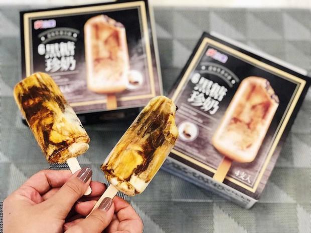 Góc bắt trend: xuất hiện loại kem mới tinh bay từ Đài Loan về với vị trà sữa đường đen và còn có cả trân châu dẻo mềm - Ảnh 2.