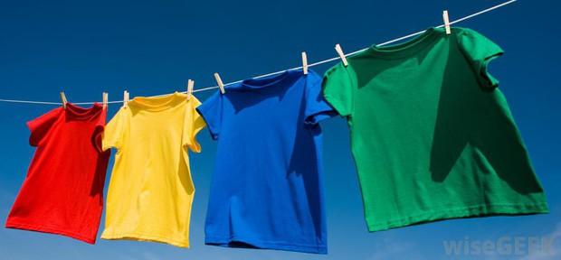 Góc các bà nội trợ thắc mắc: Vì sao quần áo dùng máy sấy làm khô thì mềm, nhưng phơi ngoài nắng lại cứng cong queo? - Ảnh 2.