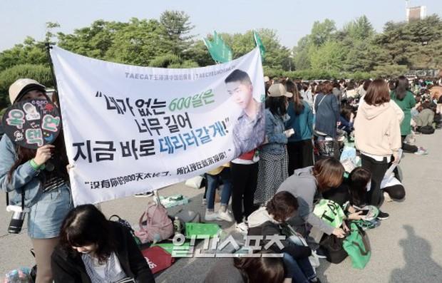 Nam thần quân ngũ Taecyeon (2PM) chính thức xuất ngũ, làn da mộc mịn màng đến mức khó tin của anh gây chú ý - Ảnh 8.