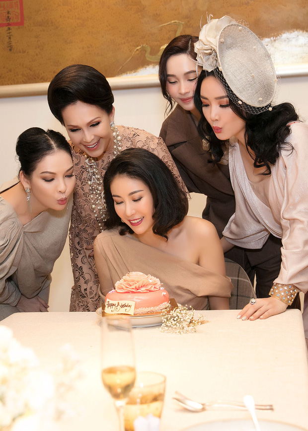 Đặng Thu Thảo, Lê Thúy hội ngộ cùng dàn mỹ nhân không tuổi Vbiz trong tiệc của Hoa hậu Hà Kiều Anh - Ảnh 2.