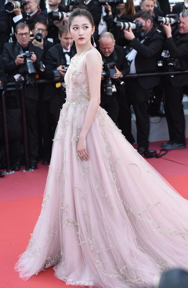 """Loạt sao Hoa Ngữ từng chặt chém đối thủ tại Cannes: Phạm Băng Băng chuẩn tắc kè hoa, Dương Mịch thích giơ """"ngón tay thối"""" đấy thì sao nào! - Ảnh 11."""