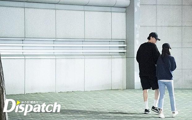 Lợi hại như Dispatch: Khui được ảnh hẹn hò của tài tử So Ji Sub với nữ thần phát thanh viên kém 17 tuổi đài SBS - Ảnh 4.