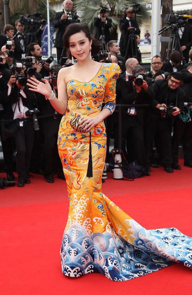 """Loạt sao Hoa Ngữ từng chặt chém đối thủ tại Cannes: Phạm Băng Băng chuẩn tắc kè hoa, Dương Mịch thích giơ """"ngón tay thối"""" đấy thì sao nào! - Ảnh 2."""