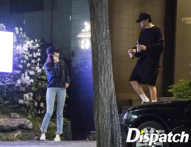 Lợi hại như Dispatch: Khui được ảnh hẹn hò của tài tử So Ji Sub với nữ thần phát thanh viên kém 17 tuổi đài SBS - Ảnh 3.