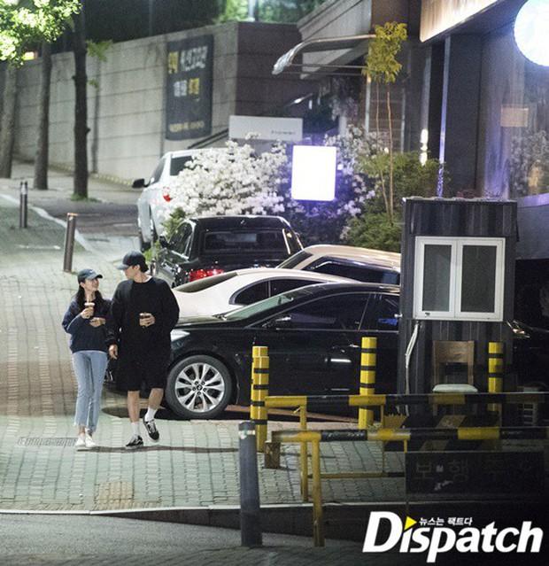 Lợi hại như Dispatch: Khui được ảnh hẹn hò của tài tử So Ji Sub với nữ thần phát thanh viên kém 17 tuổi đài SBS - Ảnh 5.
